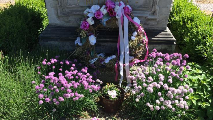 Osazení hrobu M. D. Rettigové