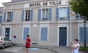 Radnice v Beaune la Rolande s typickými okenicemi
