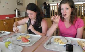 Lucka a Zdeňla u oběda ve školní jídelně