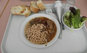 Typický oběd: salát, maso s fazolemi, sýr, zmrzlina