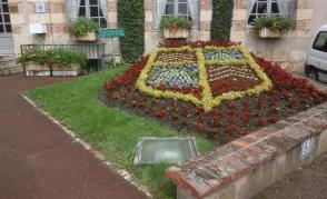 Výsadbové ztvárnění znaku obce Bellegarde, prostor před radnicí
